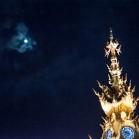 Луна над шпилем башни