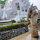 В канававе вокруг храма обитают жуткие чудовища
