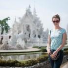 Полиночка на фоне храма Ват Ронг Кхун