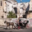 Повозка на фоне руин